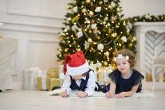 праздник подарков Рожденственской ночи много орнаментов Дети пишут письма к Санта Клаусу Стоковое Изображение RF