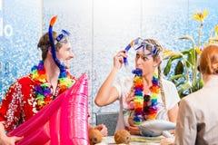 Праздник пляжа резервирования человека и женщины Стоковое Фото