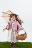 Праздничная милая девушк-кукла с bascet и парасолем Стоковое фото RF