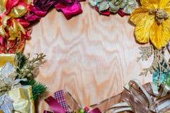 Праздничная рамка знамени с красочными смычками и цветками Стоковое Изображение RF