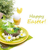 Праздничная сервировка стола пасхи с украшениями, яичком и цветками Стоковые Изображения RF
