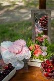 Праздничная сервировка стола с плодоовощ, зефирами и цветками Стоковое Изображение