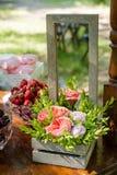 Праздничная сервировка стола с цветками, плодоовощ и зефирами Стоковые Фотографии RF