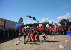 Праздничное представление молодых красивых девушек БОЯЗНИ ВЫСОТЫ группа поддержкиы спортсменов черлидинг (головокружение) Стоковое Изображение