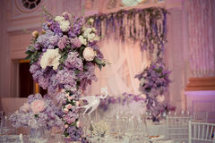 Праздничное украшение таблицы в цветах сирени Стоковое Изображение RF