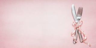 Праздничное урегулирование места таблицы с украшением ленты на розовой бледной предпосылке, взгляд сверху, месте для знамени текс Стоковые Изображения RF