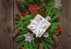 Праздничные естественные украшенные подарочные коробки рождества Coniferous ветви и конусы Старые доски Взгляд сверху Стоковое фото RF