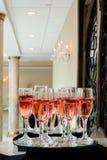 Праздничные каннелюры шампанского заполнили с игристым вином и плавая светами партии мерцания клубник романтичными Стоковая Фотография RF