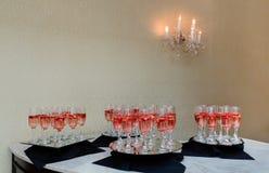 Праздничные каннелюры шампанского заполнили с игристым вином и плавая светами партии мерцания клубник романтичными Стоковое фото RF
