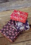 Праздничные подарки на деревянной предпосылке Стоковая Фотография RF
