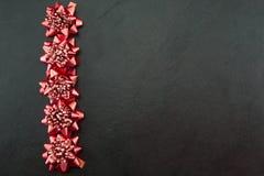 Праздничные смычки красного цвета Стоковые Изображения