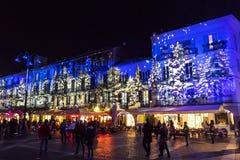 Праздничные украшения рождества на фасадах зданий в Como, I стоковая фотография rf