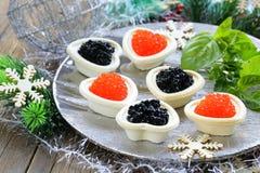 Праздничные tartlets закуски рождества с икрой Стоковые Фотографии RF