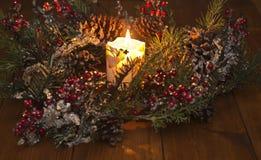 Праздничный венок и горящая свеча Стоковые Фото