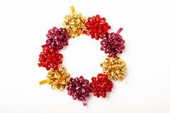 Праздничный венок красочных смычков рождества изолированных на белизне Стоковые Изображения