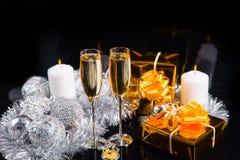 Праздничный натюрморт с Шампанью и подарками Стоковое Изображение RF