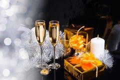 Праздничный натюрморт с Шампанью и подарками Стоковые Фотографии RF
