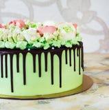 Праздничный торт при розы сделанные из сливк на белой деревянной предпосылке Стоковая Фотография