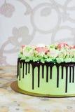 Праздничный торт при розы сделанные из сливк на белой деревянной предпосылке Стоковое Изображение