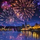 Праздничный фейерверк над мостом Карл, Прагой, чехией стоковые фотографии rf
