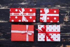 4 праздничных коробки красных и белизны присутствующих Стоковое Изображение RF