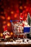 2 праздничных куклы рождества вне ходя по магазинам Стоковое фото RF