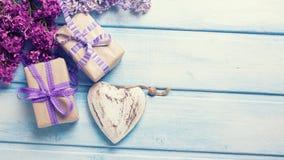 2 праздничных подарочной коробки с настоящими моментами, декоративным andlilac сердца Стоковое Изображение RF