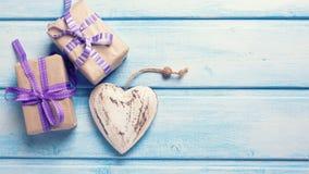 2 праздничных подарочной коробки с настоящими моментами и декоративным сердцем Стоковое Изображение