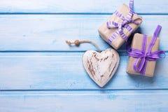 2 праздничных подарочной коробки с настоящими моментами и декоративным сердцем Стоковая Фотография