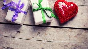2 праздничных подарочной коробки с настоящими моментами и красным сияющим сердцем Стоковая Фотография RF