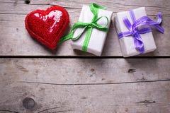 2 праздничных подарочной коробки с настоящими моментами и красным сияющим сердцем Стоковые Изображения RF