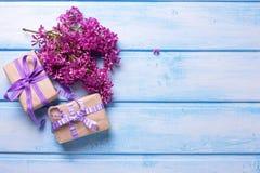 2 праздничных подарочной коробки с настоящими моментами и цветки llilac на сини Стоковое Изображение
