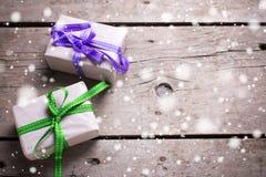 2 праздничных подарочной коробки с настоящими моментами на винтажном деревянном backgroun Стоковая Фотография