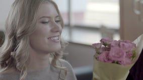 Праздновать день ` s годовщины или валентинки розы кольца предложения замужества захвата диаманта букета видеоматериал