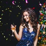 Праздновать женщину Люди праздника Красивая девушка при совершенный состав держа стекло Шампани стоковое изображение rf