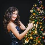 Праздновать женщину Люди праздника Красивая девушка при совершенный состав держа стекло Шампани стоковая фотография rf
