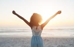 Праздновать красивый заход солнца пляжа стоковое изображение