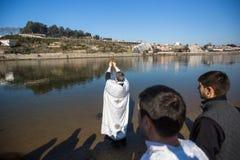 Праздновать крещение Иисуса и явления божества купая в реке Дуэро в приходе Русской православной церкви стоковое фото