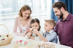 праздновать семью пасхи Стоковые Фотографии RF
