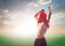 Праздновать спортсмена или футболиста футбола стоковое фото