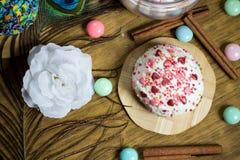 Праздновать сладостное пирожное, украшение циннамона, перо, конфеты, вечеринка по случаю дня рождения цветка Стоковое Изображение