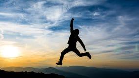 Праздновать успех в заходе солнца Стоковая Фотография