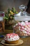 Празднующ зефир, пирожное на деревянном столе, цветет вечеринка по случаю дня рождения Стоковые Фото