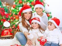 празднующ семью рождества счастливую Стоковое Изображение