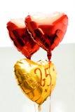 Празднующ ярлык 25th годовщины лет золотой с лентой и воздушными шарами, Стоковые Изображения