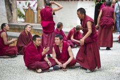 Практика буддийских монахов дебатируя, сыворотки монастырь, Лхаса, Тибет стоковое изображение