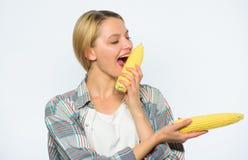 Практика девушки есть только или главным образом еду сырую и unprocessed Удар мозоли желтого цвета укуса фермера женщины на белой стоковые фотографии rf