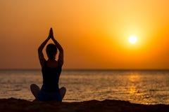 Практика йоги на пляже Стоковые Фотографии RF