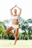 Практика йоги стоковое изображение rf