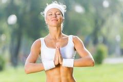 Практика йоги стоковые изображения